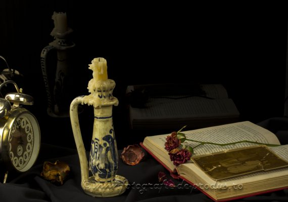 Fotografie retro cu lumanare arsa, ceas, carte, flori uscate, amintiri