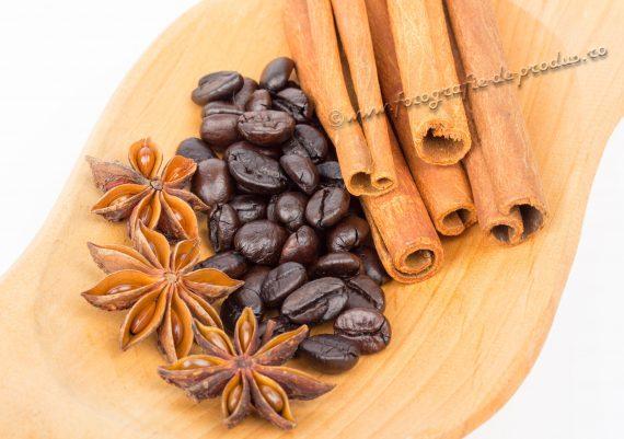 Fotografie cu produse alimentare, boabe cafea, scortisoara, anason pe lemn
