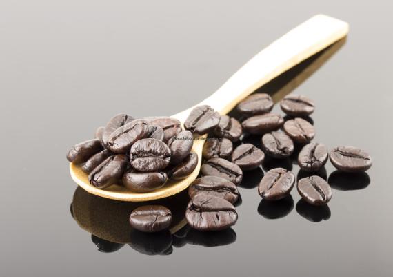 Foto produs pe sticla neagra, produse alimentare, boabe cafea in lingura de lemn
