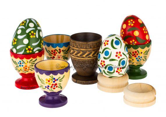 Fotografie cu obiecte traditionale, oua si suporti de oua din lemn
