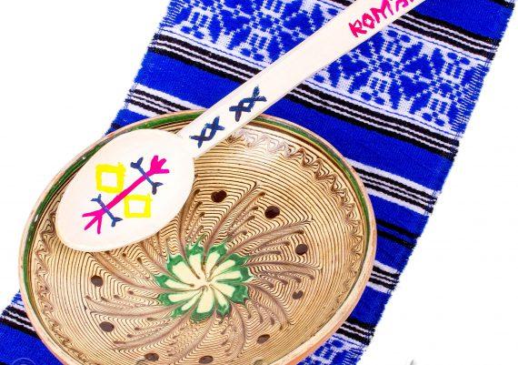 Foto produs pe fundal alb, obiecte traditionale, lingura, farfurie, stergar albastru taranesc