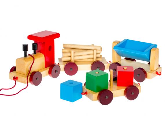 Fotografii cu produse pe fundal alb, jucarie din lemn, trenulet cu vagoane