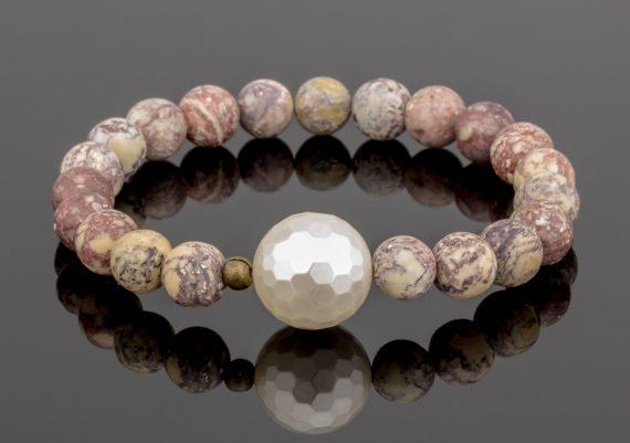 Fotografie bijuterii bratara cu pietre naturale rare pe fundal negru