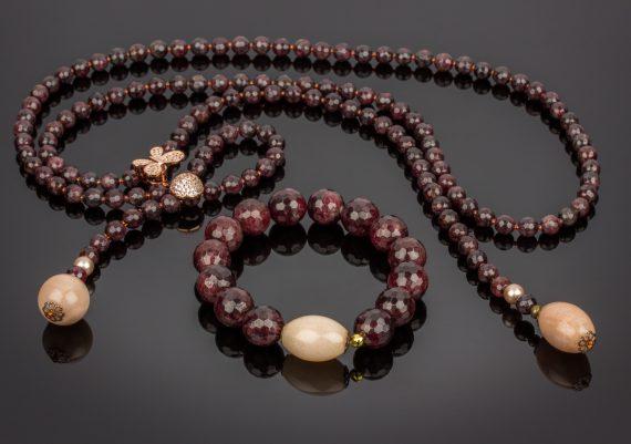 Foto produs pe fundal negru bijuterii bratara si colier cu pietre naturale