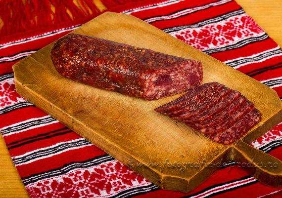 Fotografie produse alimentare traditionale, salam pe tocator si pe stergar rosu