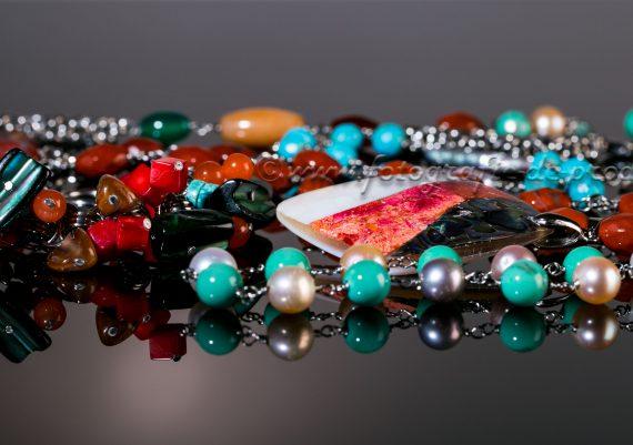 Foto produs pe fundal negru bijuterii bratari, coliere, cercei, pandantiv cu pietre naturale