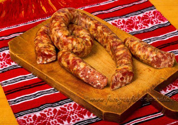 Fotografie produse alimentare traditionale, carnat pe tocator