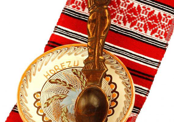 Foto produs obiecte traditionale, lingura, farfurie, stergar rosu taranesc