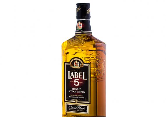 Fotografii produse alimentare pe fundal alb, sticla whisky