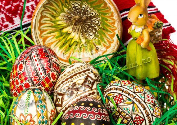 Fotografie cu produse alimentare, cos cu cadouri traditionale de Paste