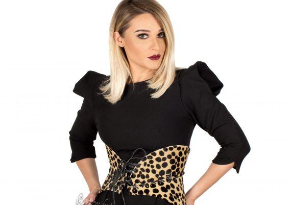 Fotografie fashion pe fundal alb - corset purtat de fotomodel