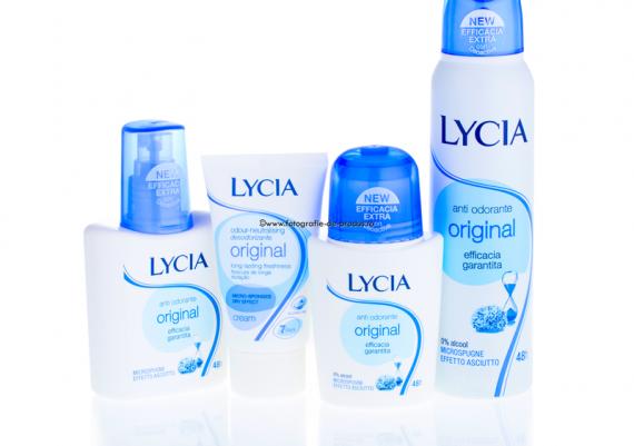 Fotografie de produs pe fundal alb cu reflexie, grup produse cosmetice