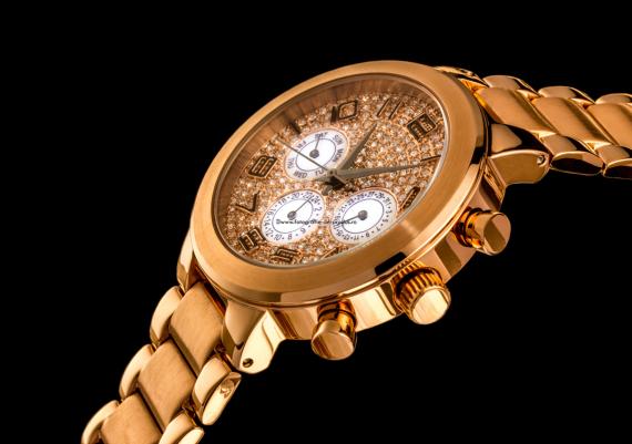 Fotografie de produs detaliu ceas auriu pe fundal negru