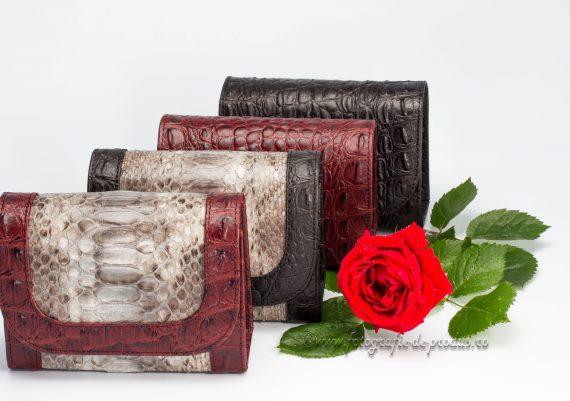 Foto produse marochinarie pe fundal alb, genti piele cu trandafir rosu
