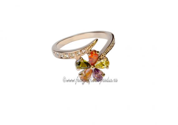 Foto produs bijuterii pe fundal alb, inel aur cu pietre pretioase
