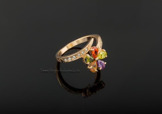 Fotografii bijuterii pe fundal negru, inel aur cu pietre pretioase