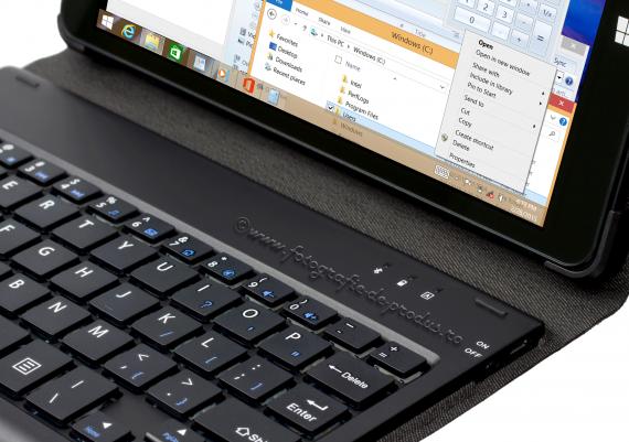 Fotografie de produs pe fundal alb, tableta cu husa si tastatura