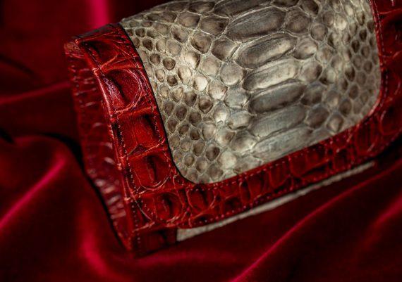 Foto produs compozitie pe catifea rosie, marochinarie, gentuta piele