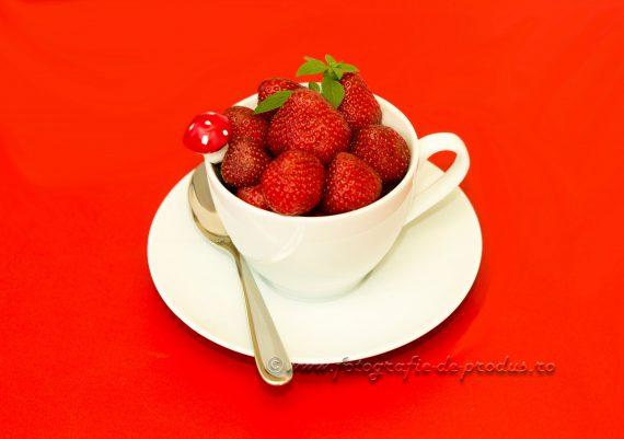 Fotografii cu produse alimentare pe fundal rosu, capsuni in ceasca