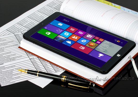 Fotografie de produs compozitie pe fundal negru cu tableta pe agenda, situatie financiara, stilou