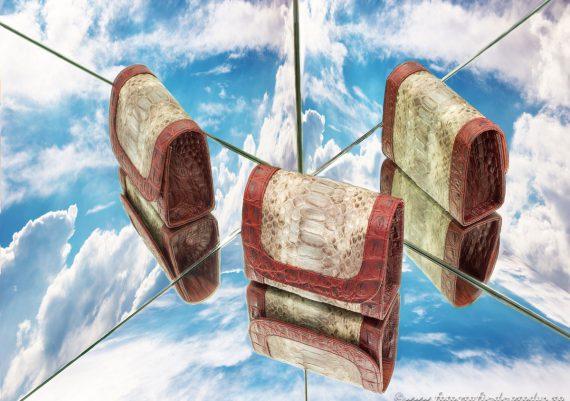 Foto produs compozitie cu multiple reflexii in oglinzi, marochinarie, gentuta piele in trei pozitii