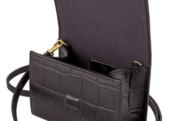Fotografie cu geanta neagra din piele