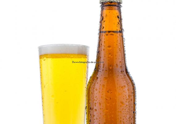 Fotografie cu sticla bere maro si pahar bere pe fundal alb