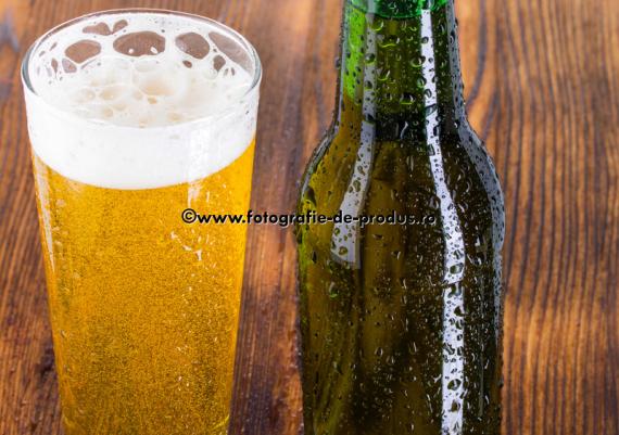 Fotografie cu sticla si pahar cu bere pe lemn imbatranit